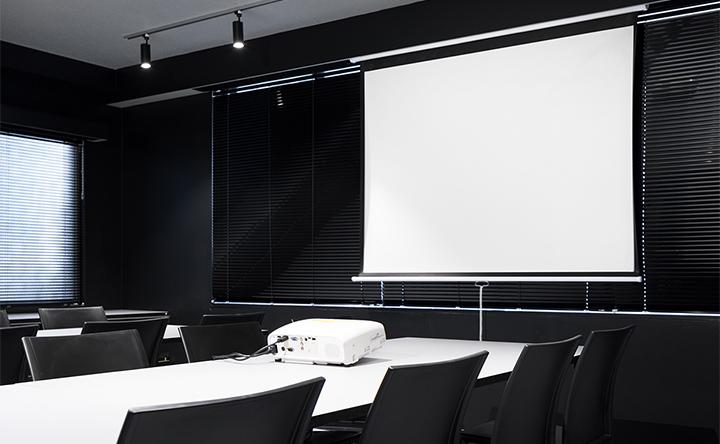 会議やセミナーに利用しやすい、落ち着きのある空間