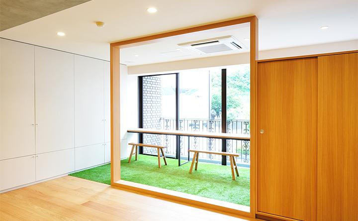 芝生でくつろぐような、窓際のほっこりスペース
