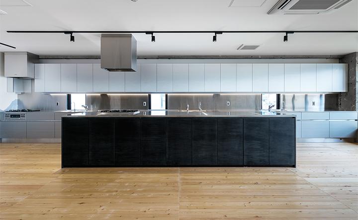 ステンレス×ブラックのスタイリッシュなアイランドキッチン