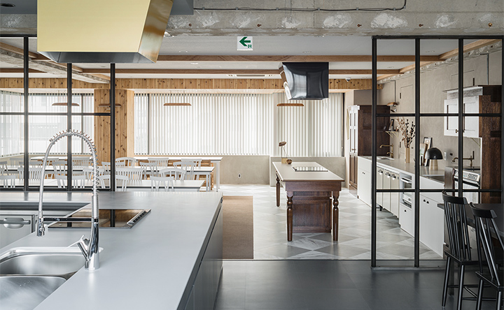 2つの空間に設置された、ゆとりのあるキッチン