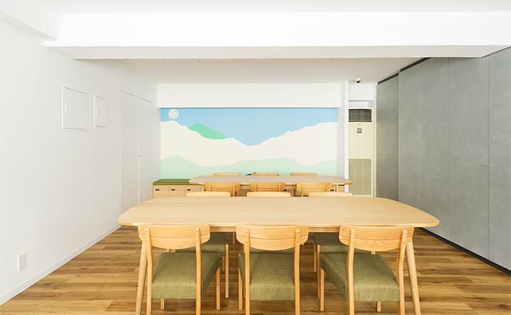 木目×穏やかなカラーがほっとさせる、アットホームな空間