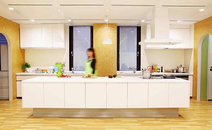 いつでも清潔さをキープした、大きなアイランドキッチン